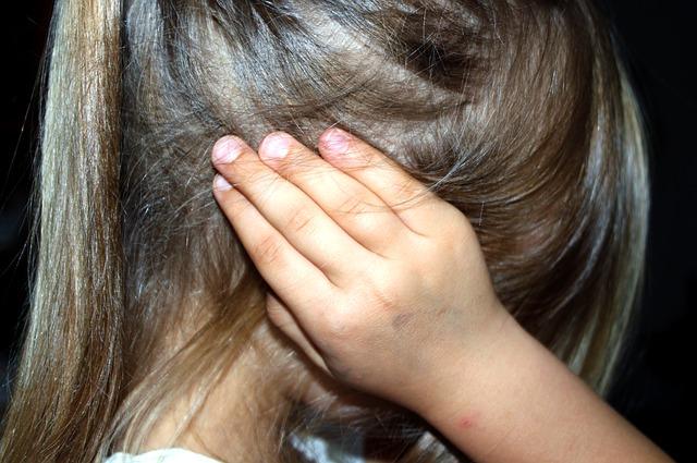 dívka se zakrytýma ušima
