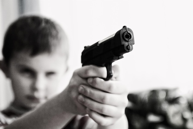 chlapec s pistolí