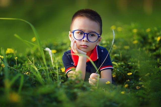 chlapec v trávě