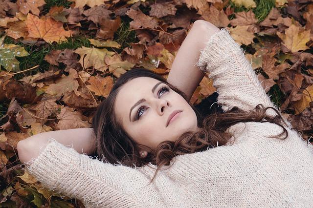 žena v podzimu