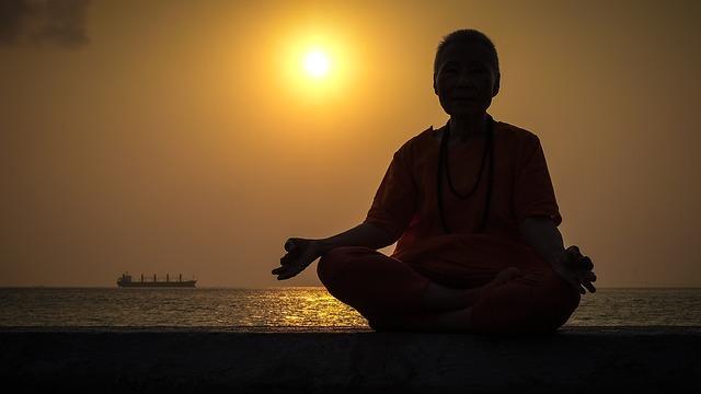 mnich v oranžovém