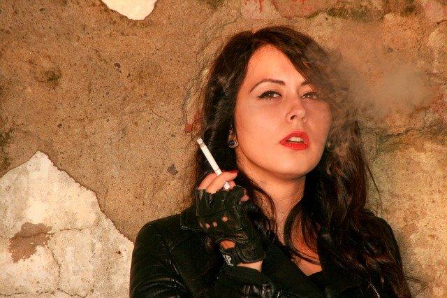 kouřící dívka