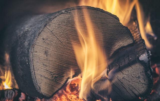 hořící kmen