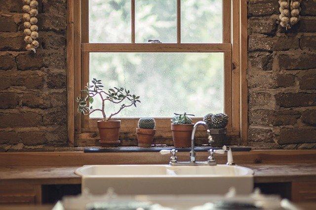 okénko nad dřezem