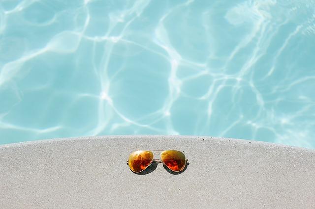 brýle u bazénu.jpg