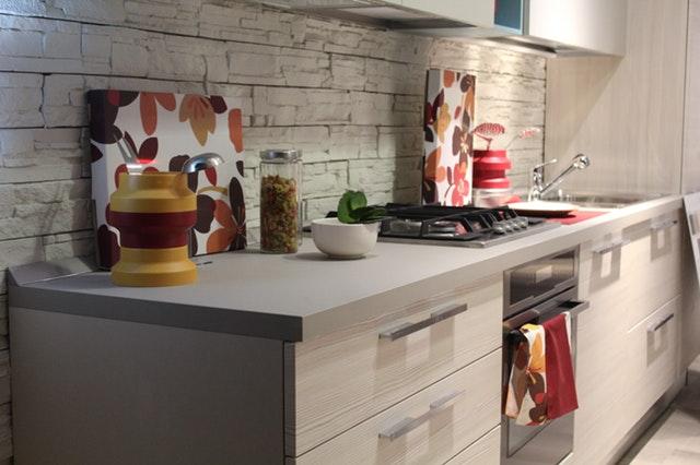 Kuchynská linka a kamenným obklad na stene.jpg