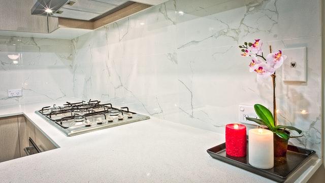 Sklenená zástena za mramorovou kuchynskou linkou.jpg