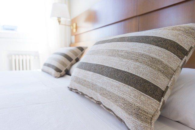 ustalaná postel
